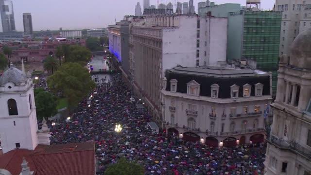 una multitud marcho bajo la lluvia en argentina a un mes de muerte del fiscal nisman - multitud stock videos & royalty-free footage