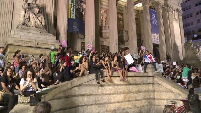 una multitud marcho el viernes en el centro de rio de janeiro para pedir por los derechos de las mujeres luego de la violacion de una adolescente de... - multitud stock videos & royalty-free footage