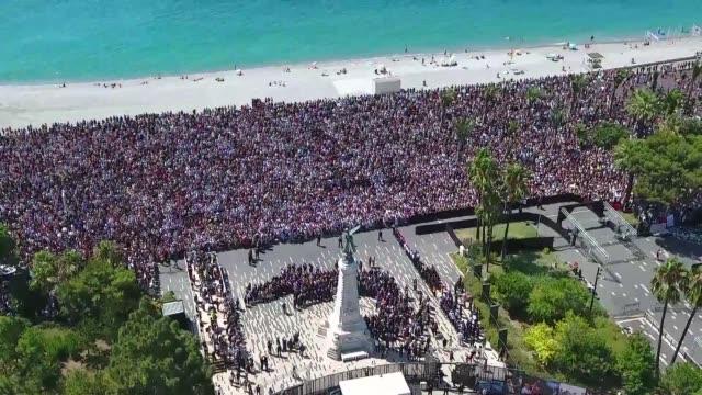 una multitud observo un minuto de silencio en francia por las 84 victimas del atentado del 14 de julio en niza - multitud stock videos & royalty-free footage