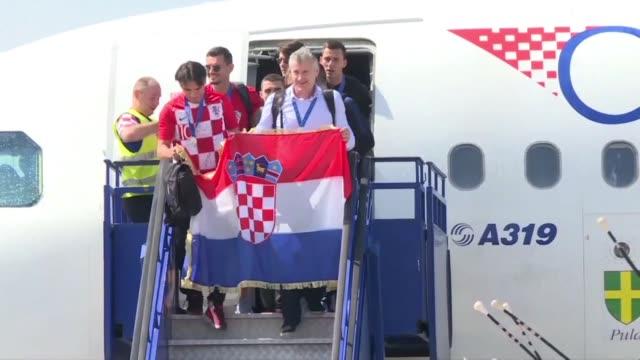 una multitud recibio el lunes a la seleccion de futbol croata subcampeona en rusia el mejor puesto de la historia del país en una copa del mundo - multitud stock videos & royalty-free footage