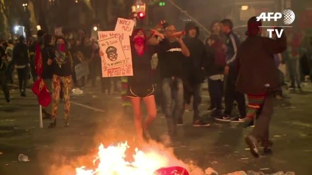 una multitud se concentro el viernes en buenos aires para reclamar por santiago maldonado joven desaparecido hace un mes tras una protesta mapuche... - multitud stock videos & royalty-free footage