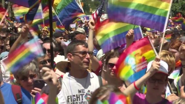 una multitud se reunio en las calles de nueva york el domingo para un historico desfile del orgullo gay en el que se esperaban tres millones de... - multitud stock videos & royalty-free footage
