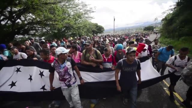 vídeos y material grabado en eventos de stock de una multitudinaria caravana de migrantes hondurenos que partio el fin de semana con rumbo a estados unidos se encontraba el martes en la frontera con... - ee.uu