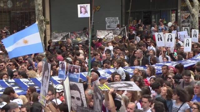 stockvideo's en b-roll-footage met una multitudinaria manifestacion colmo el domingo avenidas del centro de buenos aires y la plaza de mayo frente a la casa de gobierno a los 43 anos... - overheersing