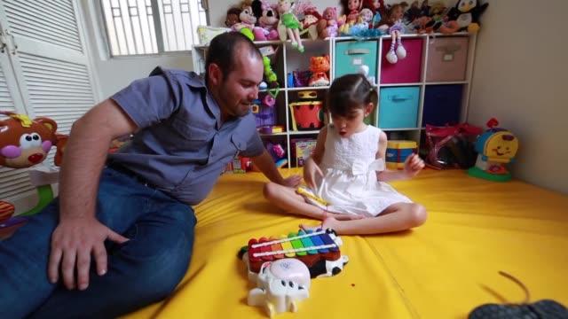 una nina de ocho anos con un severo trastorno de epilepsia podria ser la primera persona en mexico autorizada a consumir un medicamento a base de... - medicamento stock videos & royalty-free footage