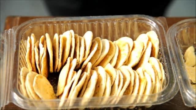 Una novedad gastronomica se produce en Bolivia galletas de harina de lombriz ricas en proteínas una alternativa para mejorar la alimentacion