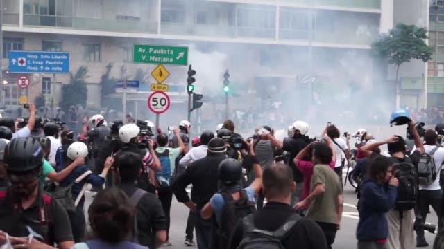 stockvideo's en b-roll-footage met una nueva protesta convocada este martes en sao paulo contra el alza de la tarifa del transporte publico derivo en choques entre pequenos grupos de... - transporte