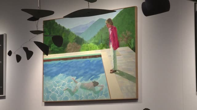 vídeos de stock, filmes e b-roll de una obra iconica del pintor britanico david hockney se vendio el jueves por 903 millones de dolares en una subasta en la casa christie's de nueva york - pintor artista