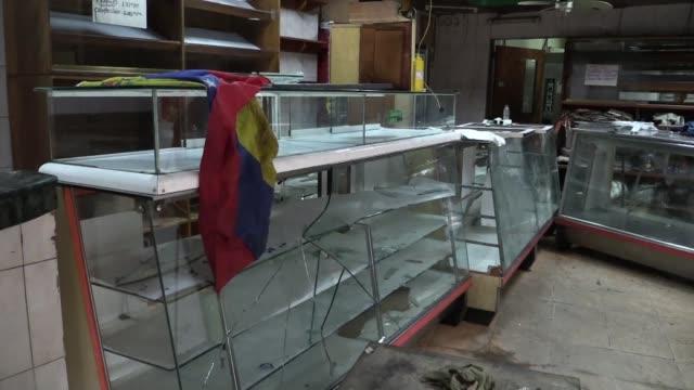 vídeos y material grabado en eventos de stock de una panaderia en el barrio el paraiso de caracas fue uno de los comercios saqueados en medio del caos provocado por las protestas opositoras en la... - jueves