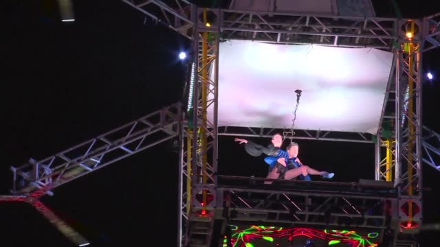 vídeos de stock e filmes b-roll de una pareja de bailarines logro un nuevo record guinness en la noche del lunes al bailar tango en una plataforma a mas de 60 metros de altura junto al... - obelisco de buenos aires