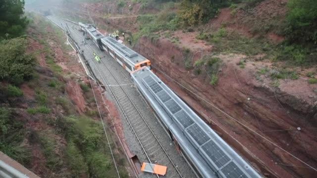 Una persona murio y otras 49 resultaron heridas cinco de gravedad en el descarrilamiento de un tren de cercanias el martes por un desprendimiento de...