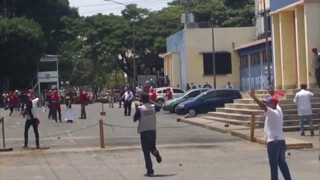 Una persona resulto herida el domingo durante un incidente entre manifestantes progobierno y opositores frente a un hospital de la ciudad venezolana...