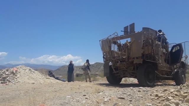 una precaria calma reinaba este domingo entre los rebeldes huties y las fuerzas leales al gobierno en yemen horas antes de la entrada en vigor una... - entrada stock videos and b-roll footage