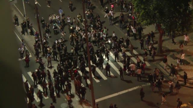 una protesta de cientos de profesores en rio de janeiro culmino con violencia cuando un grupo anarquista se enfrento con las fuerzas de seguridad que... - multitud stock videos & royalty-free footage