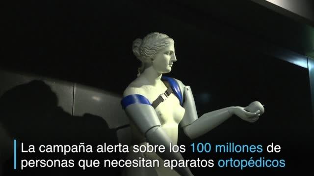 Una replica de la Venus de Milo en Paris lucia diferente el martes tras recibir dos prótesis realizadas con impresoras 3D en medio de una campana de...