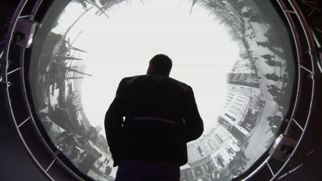 vídeos de stock, filmes e b-roll de una retrospectiva de las creaciones de los hermanos lumiere en el grand palais de paris conmemora el 120 aniversario de la invencion del septimo arte - irmão
