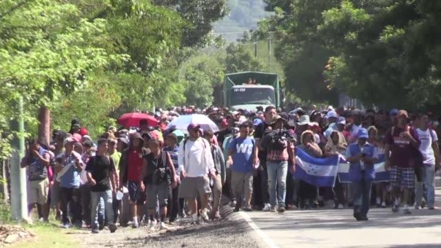 una segunda caravana migrante que salio el fin de semana de honduras atraviesa guatemala con la esperanza de seguir hacia mexico y llegar a estados... - convoglio video stock e b–roll