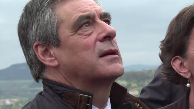 a una semana de la primera vuelta de las elecciones presidenciales en francia el 23 de abril la distancia que separa a los cuatro candidatos... - numero stock videos & royalty-free footage