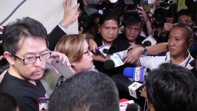una senadora filipina opositora al gobierno de rodrigo duterte y critica de su politica antidrogas fue detenida el viernes acusada de narcotrafico la... - politica stock videos & royalty-free footage