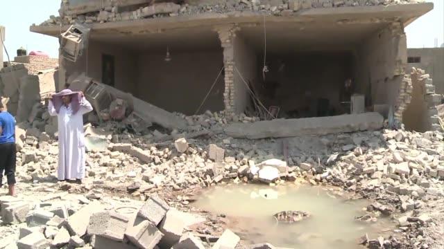 vídeos de stock, filmes e b-roll de una serie de 27 atentados no reivindicados dejaron al menos 107 muertos y 214 heridos este lunes en varios puntos de irak, en la jornada mas violenta... - parte de una serie