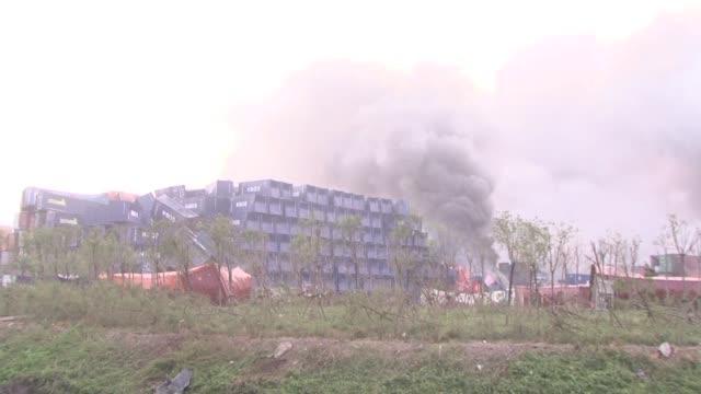 una serie de gigantescas explosiones ocurridas el jueves en un deposito del puerto de tianjin en el norte de china dejaron al menos 44 muertos cerca... - tianjin stock videos & royalty-free footage