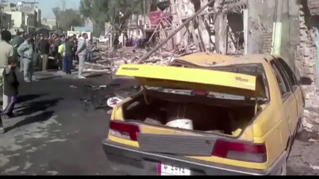 vídeos y material grabado en eventos de stock de una toma de rehenes y un atentado cerca de un mercado en bagdad este jueves han llevado el numero de muertos por la violencia en irak a mas de 900 en... - jueves