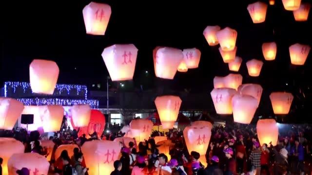 Una tradicion romantica cientos de lamparas de papel son lanzadas al cielo nocturno en Taiwan en el Dia de San Valentin VOICED El amor esta en el...