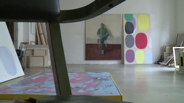 una treintena de artistas lucha por conservar sus estudios en medio del alza del precio de alquileres en berlin que enfrenta alta demanda y poca... - escultura stock videos & royalty-free footage