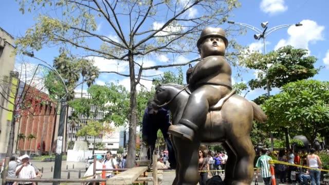 una treintena de esculturas del famoso artista colombiano fernando botero estan en proceso de restauracion en varios sitios al aire libre en medellin... - aire libre stock-videos und b-roll-filmmaterial