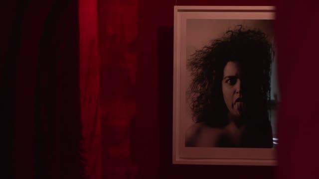 una vagina gigante crea controversia entre los sudafricanos la obra de arte de 12 metros de largo representa el interior de un canal vaginal y puede... - vagina stock videos & royalty-free footage