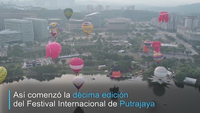 una veintena de globos aerostaticos vuelan sobre el cielo de putrajaya en malasia en el inicio de un festival internacional de cuatro dias - putrajaya stock videos & royalty-free footage