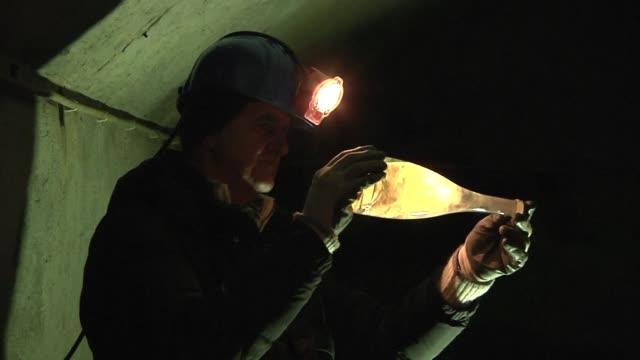 vídeos de stock, filmes e b-roll de una vieja mina de talco al norte de italia se transformo en una cava para la produccion de un refinado vino espumoso - vino