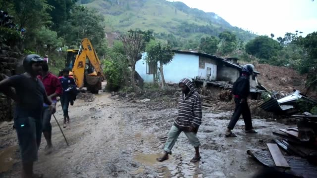 unas 100 personas murieron tras ser sepultadas vivas por un alud de lodo provocado por las fuertes lluvias del monzon en la region central de sri... - extreme weather stock videos & royalty-free footage