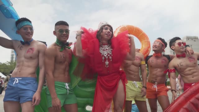 unas 200000 personas segun los organizadores desfilaron el sabado en taipei en su primera marcha del orgullo gay desde la legalizacion en mayo del... - taiwan stock videos & royalty-free footage