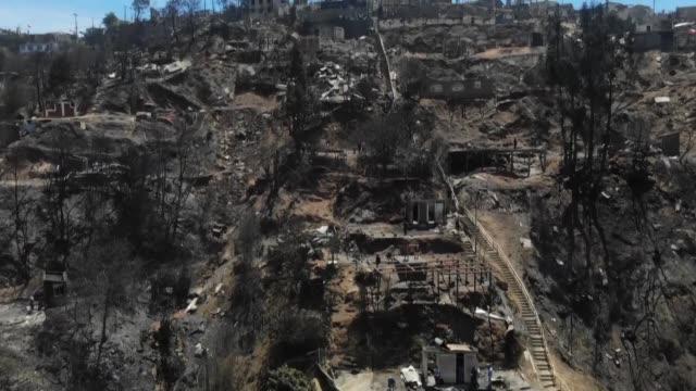 unas 245 casas resultaron afectadas por un incendio forestal desatado el martes en el turistico puerto de valparaiso en el litoral central de chile - litoral stock videos & royalty-free footage