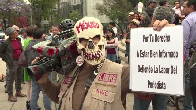 vídeos de stock e filmes b-roll de unas 300 personas se manifestaron el sábado en ciudad de mexico para exigir un alto a las agresiones contra los periodistas tras el asesinato de una... - exigir