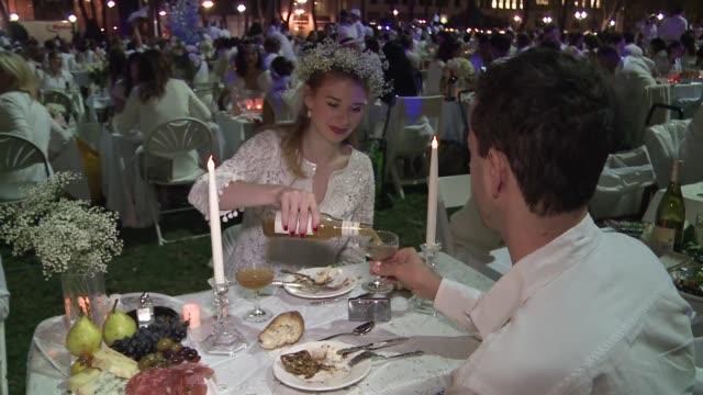 unas 4000 personas vestidas de blanco toman el parque bryant de nueva york para festejar la diner en blanc un gigantesco picnic al aire libre voiced... - aire libre stock-videos und b-roll-filmmaterial