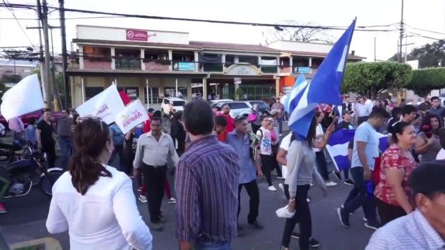 Unas 500 personas se concentraron el viernes en la capital hondurena para manifestar su apoyo a Juan Jimenez Mayor quien dejo su cargo como jefe de...