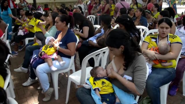 stockvideo's en b-roll-footage met unas cien madres se reunieron en medellin colombia para batir el record mundial de ninos amamantados en un mismo lugar a la vez que rompen tabues... - recordbrekend