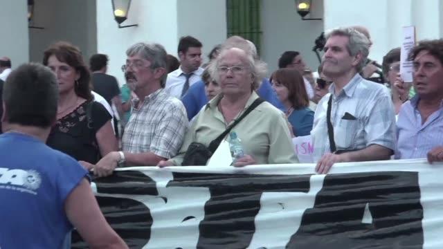 unas dos mil personas marcharon el miercoles desde el congreso hasta la casa de gobierno en buenos aires para exigir el esclarecimiento de la muerte... - procuratore video stock e b–roll