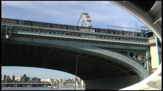 (hd1080i) unter london bridge – von der themse - fahrgeschäft stock-videos und b-roll-filmmaterial