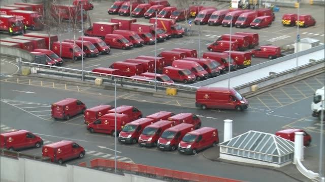 'under london' series: mail rail to open to visitors; england: london: mount pleasant: ext high angle view of royal mail van along in mount pleasant... - ロイヤルメール点の映像素材/bロール