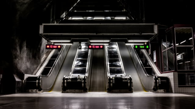 stockvideo's en b-roll-footage met underground escalators time lapse - contrasten
