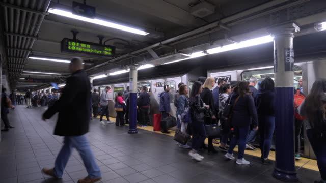 treno sotterraneo, metropolitana a new york - new york stato video stock e b–roll