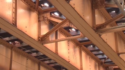 underside of chicago's elevated train system - elevated train stock videos & royalty-free footage