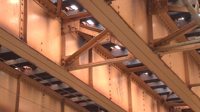 underside of chicago's elevated train system - hochbahn passagierzug stock-videos und b-roll-filmmaterial