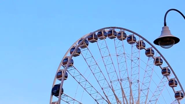 vídeos y material grabado en eventos de stock de vista lateral de un ferris wheel en el cielo azul - nevera portátil