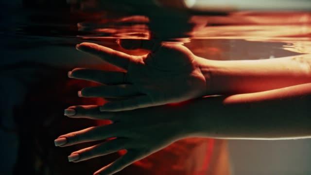 水中ダンス繊細なタッチ - 手を伸ばす点の映像素材/bロール