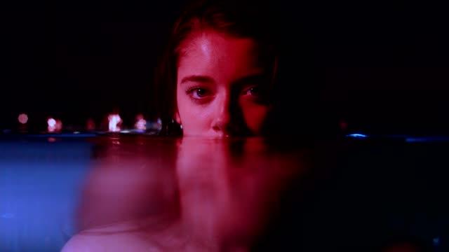 ritratto di donna della notte buia sottomarina - mystery video stock e b–roll