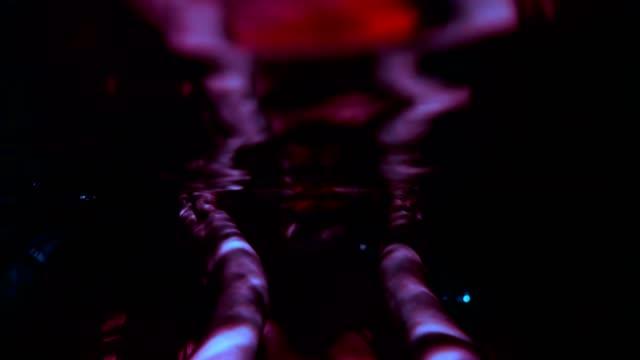 vidéos et rushes de portrait sous-marin de femme de nuit foncée - eau dormante